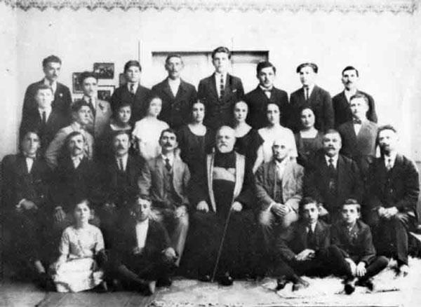 Corul bisericesc român din Vârșeț cu preotul Traian Oprea în anul 1922