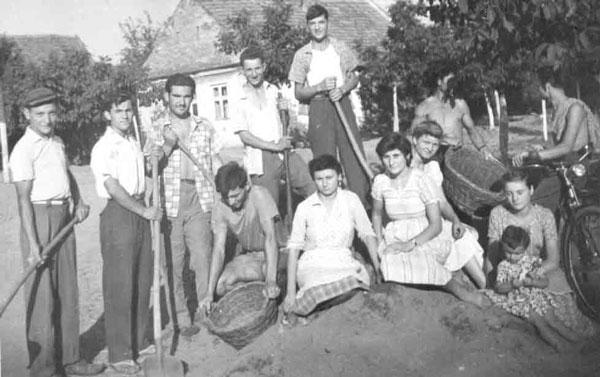 Rândul de sus - Ion Berbola-Miecu, Ionel Lagea-Iencea, Aurelian Doban-ªama, Sima Moise-Lazărmata, Victor Ranisau-Gârcu. Jos - Cornel Mata-Manea, Măria Gașpăr-Gârciu, Cornelia Niena Văcariu și Lelița Panciovan-Cârnaț. Cei doi din umbră și fetița nu au putut fi identificați.