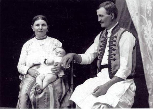 Avram Imbroane la nașterea sa, împreună cu părinții,   Mihai și Romanița